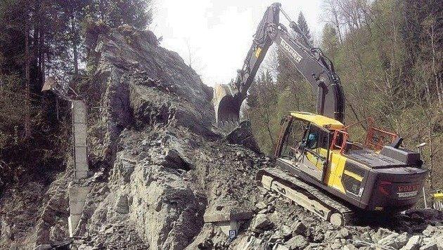 Die Räumung der Gefahrenstelle hat nun begonnen. Der Felsen wird komplett abgetragen. (Bild: Feuerwehr Taxenbach)