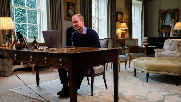 Prinz William spricht von seinem Arbeitszimmer aus mit Lady Gaga. (Bild: AFP)