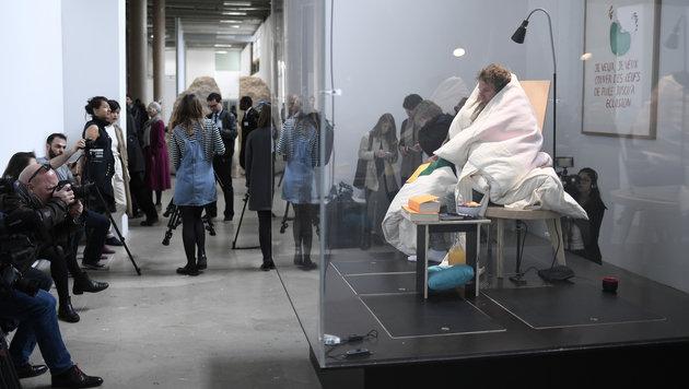 """Museumsbesucher und Medien interessieren sich sehr für die """"menschliche Henne"""". (Bild: AFP)"""