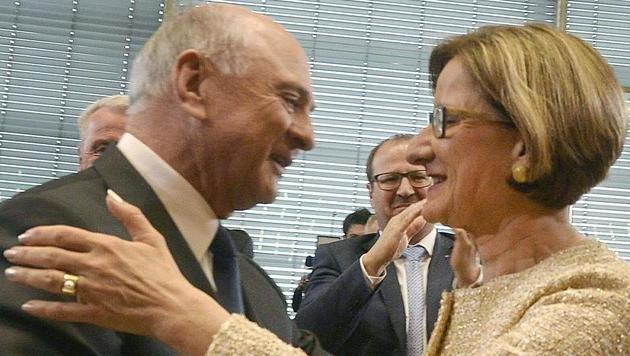 Erwin Pröll übergab vor Kurzem Mikl-Leitner die Amtsgeschäfte in Niederösterreich. (Bild: APA/HERBERT PFARRHOFER)