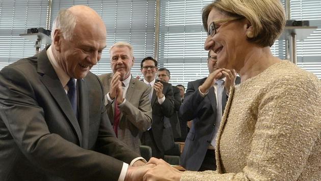 Der scheidende Landeschef Erwin Pröll und seine Nachfolgerin Johanna Mikl-Leitner (Bild: APA/HERBERT PFARRHOFER)