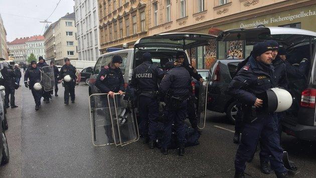 Die Einsatzkräfte machen sich für die Räumung bereit. (Bild: krone.tv)