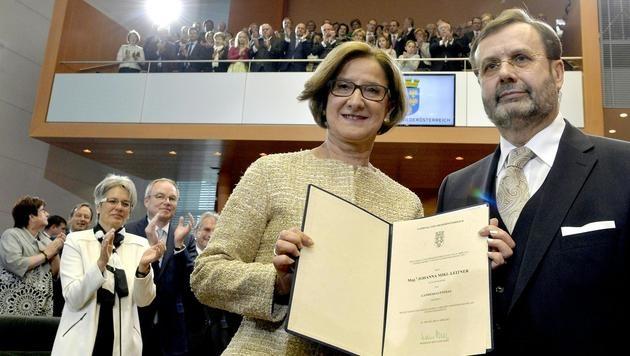 Johanna Mikl-Leitner und Landtagspräsident Hans Penz (Bild: APA/HERBERT PFARRHOFER)