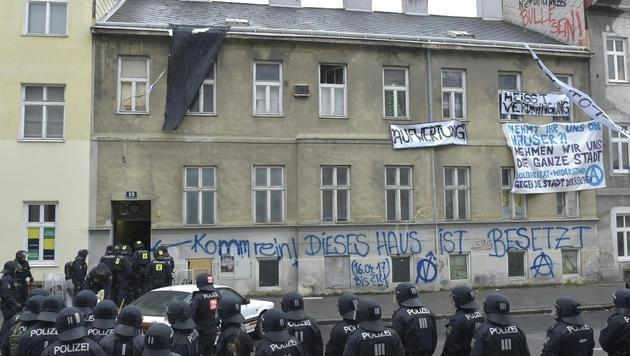 """Gebäude leer: """"Besetzer"""" narrten Wiener Polizei (Bild: APA/HANS PUNZ)"""