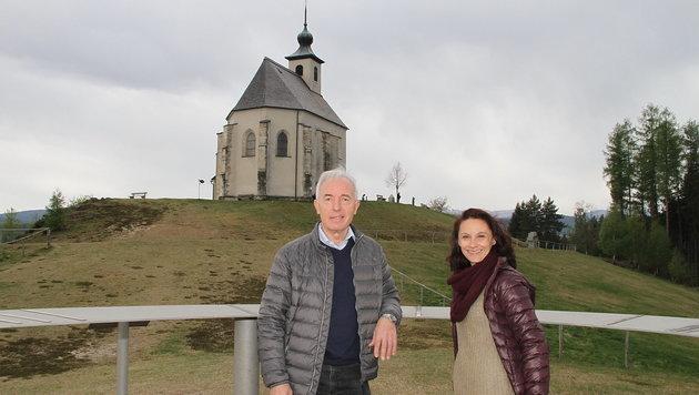 Obmann Alois Sackl und Kirchenführerin Maria Brunner vor der Wolfgangikirche (Bild: Josef Fürbass)
