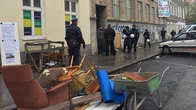 """Gebäude leer: """"Besetzer"""" narrten Wiener Polizei (Bild: krone.tv)"""
