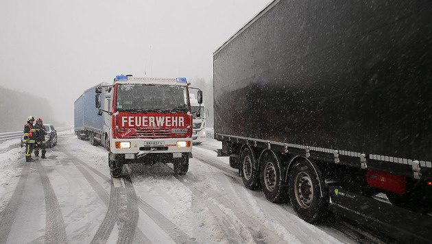 Wintereinbruch: Chaos auf Österreichs Straßen (Bild: Stefan Schneider/BFK Baden)