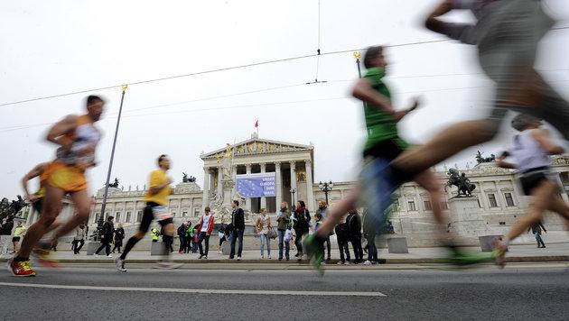 Teilnehmer des Wien-Marathons vor dem Parlament (Bild: APA/HERBERT PFARRHOFER)