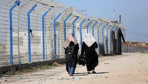 Frauen in der Nähe des Grenzübergangs bei Erez (Bild: EPA)