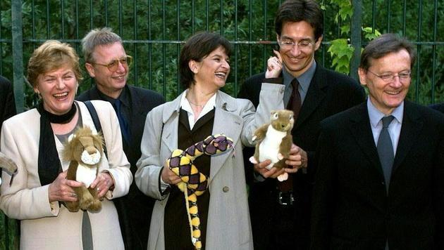 Schüssel mit Mitgliedern seines Kabinetts im alten Löwenkäfig des Zoos Schönbrunn (2000) (Bild: APA/HARALD SCHNEIDER)