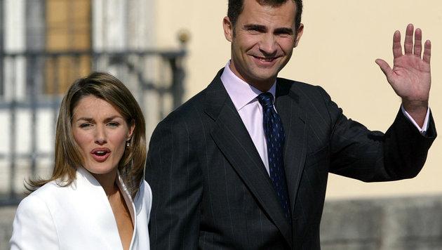 Felipe von Spanien gibt 2003 die Verlobung mit Letizia Ortiz bekannt. (Bild: AFP)