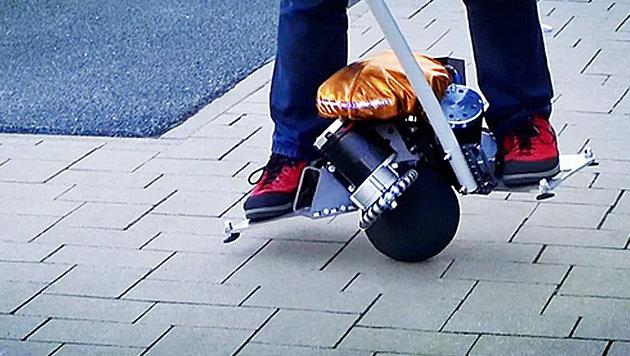 """Elektroflitzer """"Üo"""" rollt auf einem Ball herum (Bild: kickstarter.com)"""