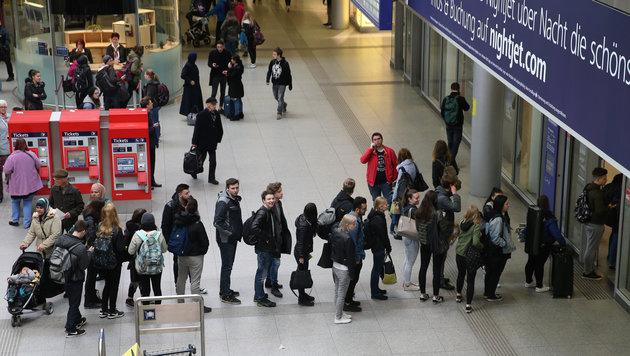 Fahrgäste mussten mangels ausreichender Info stundenlang auf ihren Weitertransport warten (Bild: FOTOKERSCHI.AT/KERSCHBAUMMAYR)