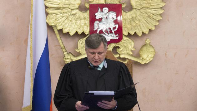 Russlands Oberster Richter Juri Iwanenko beim Verlesen des Urteils (Bild: AP)