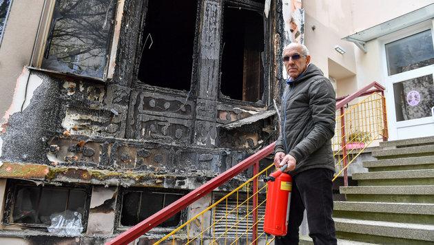Hausmeister Bosco Markovic löschte die Fassade mit neun Feuerlöschern. (Bild: © Harald Dostal / 2017)