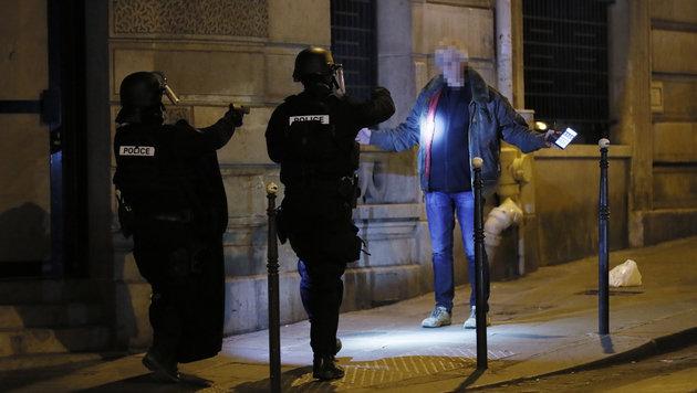 Anti-Terror-Einheiten bei einer Personenkontrolle (Bild: AFP)