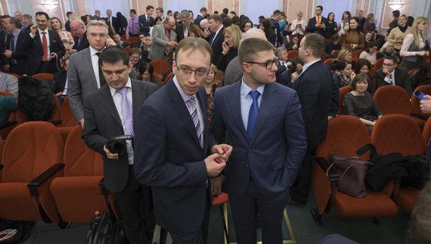 Mitglieder der russischen Zeugen Jehovas warten auf das Urteil der Höchstrichter. (Bild: AP)