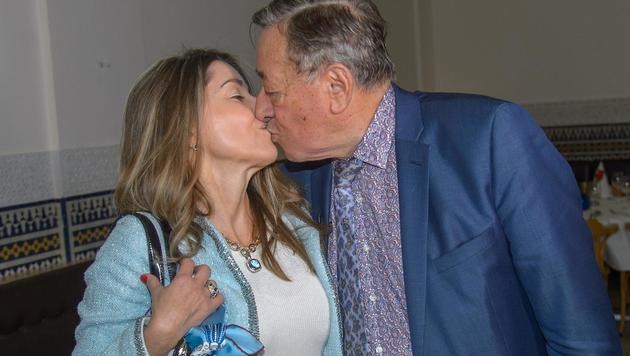 """Richard Lugner tauschte verliebte Küsse mit seiner """"Andrea vom Badesee"""". (Bild: Viennareport)"""