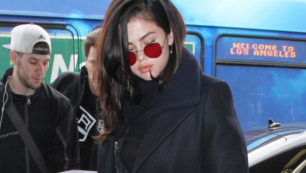 Selena Gomez hat gleich zwei Sonnenbrillen mit roten Gläsern. Diese im John-Lennon-Stil ... (Bild: Viennareport)