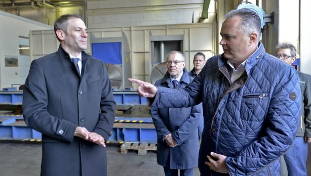 Doskozil im Gespräch mit Geschäftsführer Martin Reischer (Bild: APA/HERBERT NEUBAUER)