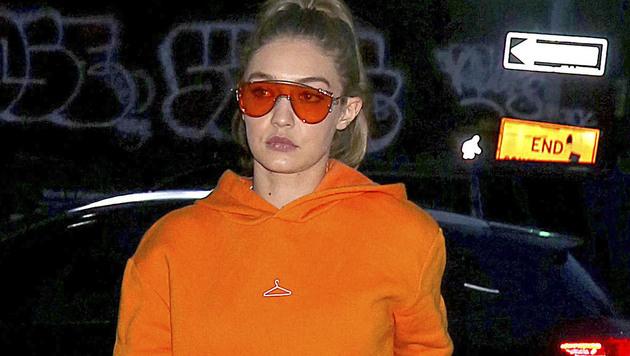 Für Mutige: Gigi Hadid kombiniert Orangerote Sonnenbrillen zum orangenen Sweater. (Bild: AUG/face to face)