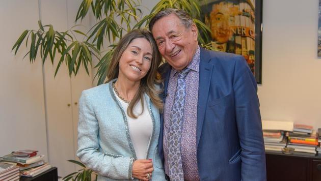Richard Lugner zeigt stolz seine neue Freundin. (Bild: Viennareport)