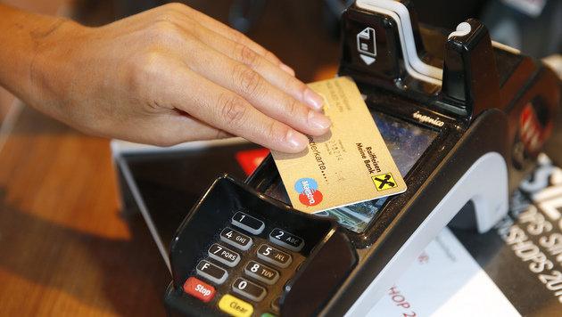 Bezahlen mit Bankomatkarte & Co.: Spesen möglich! (Bild: Reinhard Holl (Symbolbild))