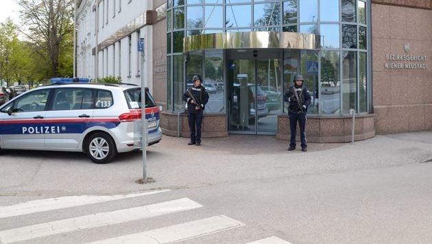 Einsatzkräfte sichern das Bezirksgerichtsgebäude in Wiener Neustadt (Bild: Thomas Lenger/monatsrevue.at)
