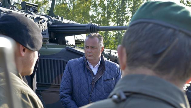 Verteidigungsminister Doskozil bei der Werksbesichtigung in Wien-Simmering (Bild: APA/HERBERT NEUBAUER)