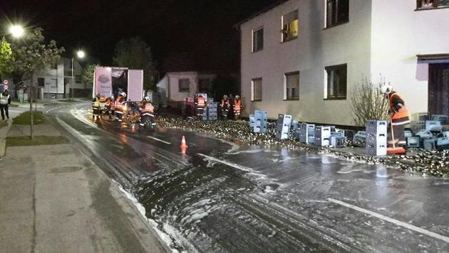 Die Einsatzkräfte hatten nach dem Unfall alle Hände voll zu tun. (Bild: APA/LPD BURGENLAND)