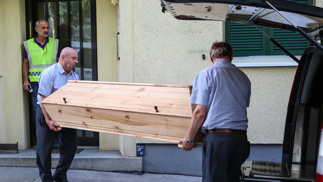 Die Leiche des Opfers (53) wird zur Obduktion abtransportiert (Bild: laumat.at)
