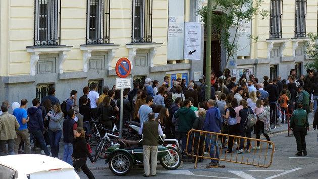 Lange Schlangen auch vor den Wahllokalen im Ausland, wie hier in Madrid (Bild: AFP)