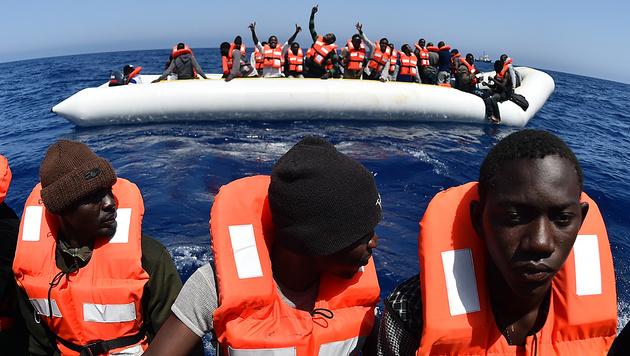 Bootsflüchtlinge im Mai 2016 vor der libyschen Küste (Bild: AFP)