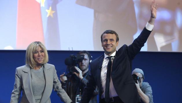 Macron betrat nach dem Einzug in die Präsidenten-Stichwahl gemeinsam mit Ehefrau Brigitte die Bühne. (Bild: AP)