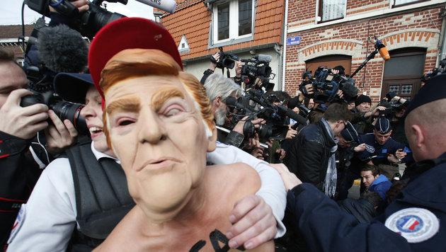 """Nackter """"Donald Trump"""" vor dem Wahllokal in Paris, in dem Le Pen in der erste Runde zur Urne schritt (Bild: AP)"""