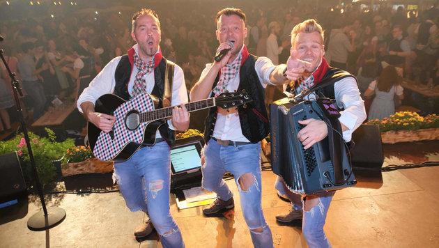 """Das Trio Wahnsinns3 heizt die Stimmung beim """"Krone""""-Trachtentag (4. Mai) an. (Bild: Horst Einšder)"""