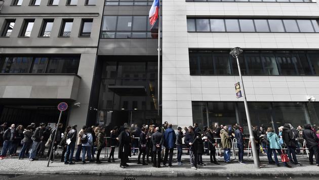 Eine Wählerschlange vor der französischen Botschaft in Berlin (Bild: AFP)