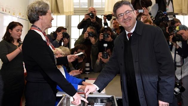 Der Linkspolitiker Jean-Luc Melenchon an der Wahlurne (Bild: AFP)