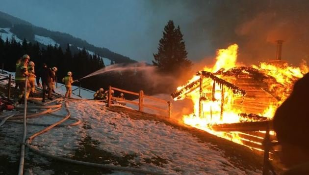 Feuerwehrmänner aus Saalbach, Viehhofen, Maishofen und Zell am See waren an Löscharbeiten beteiligt. (Bild: FF Viehhofen/Ronacher)