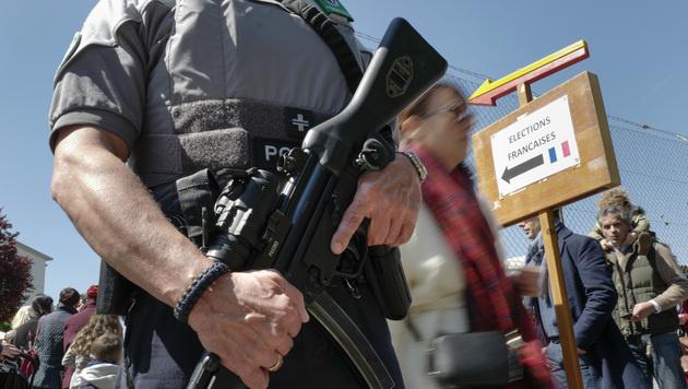 Auch die Auslandsfranzosen werden von Sicherheitskräften geschützt, wie hier in der Schweiz. (Bild: AFP)