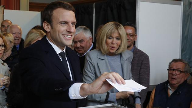 Der sozialliberale Kandidat Emmanuel Macron kam gemeinsam mit seiner Frau Brigitte ins Wahllokal. (Bild: AFP)