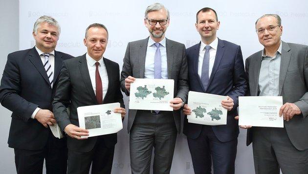 Landeshauptmann-Stellvertreter Michael Strugl (Mitte) präsentierte den Stromnetz-Masterplan (Bild: Land OÖ / Ernst Grilnberger)
