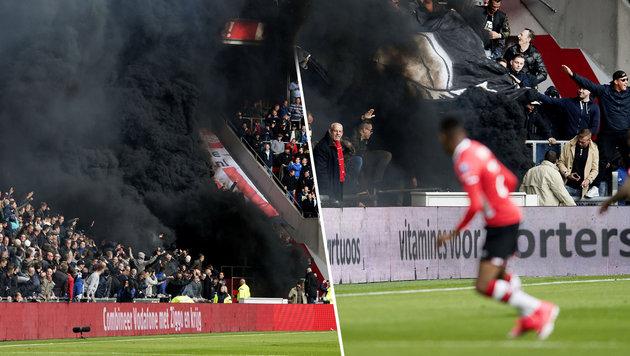 Rauchbombe im PSV-Stadion gezündet: 15 Verletzte (Bild: AFP/OLAF KRAAK)