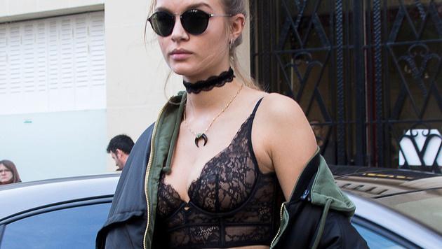 Josephine Skriver im Bralette bei der Fashion Week in Paris (Bild: News Pictures/face to face)