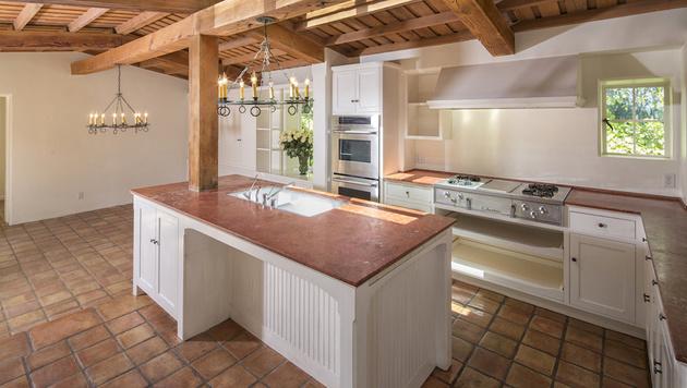 Die geräumige Küche ist mit Terracotta-Fliesen ausgelegt. (Bild: Mercer Vine)