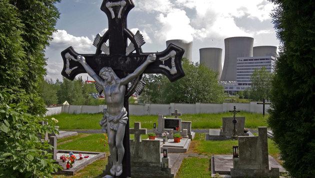 Hinten die Kühltürme von Temelin, vorne der Friedhof - ein vielsagendes Bild (Bild: Kronen Zeitung/Chris Koller)