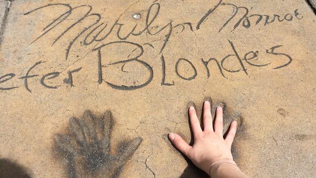 """Fans steigen gern in die """"Fußstapfen"""" ihres Idols - oder legen ihre Hände in ihre Handabdrücke. (Bild: Clara Milena Steiner)"""