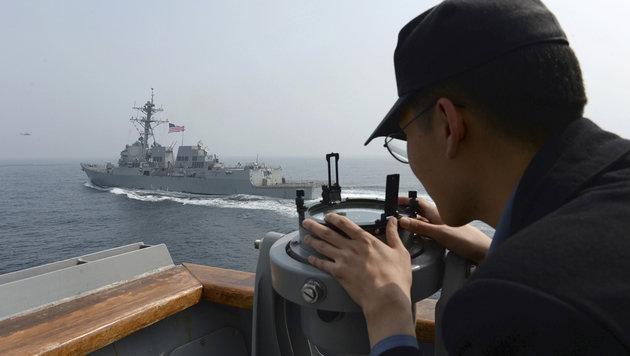 Ein Mitglied der südkoreanischen Marine beobachtet einen Zerstörer der USA beim gemeinsamen Manöver. (Bild: AP)