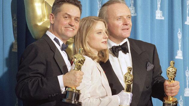 Demme (links) mit Jodie Foster und Anthony Hopkins bei der Oscar-Verleihung 1992 (Bild: AP/Saxon Reed)