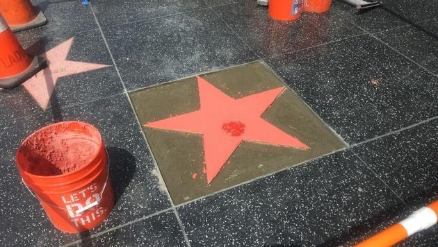 In die rosarote Masse wird der Name des Star-Kochs eingelassen. (Bild: Clara Milena Steiner)